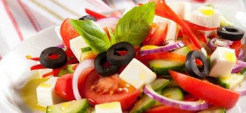 Греческий салат на листьях салата